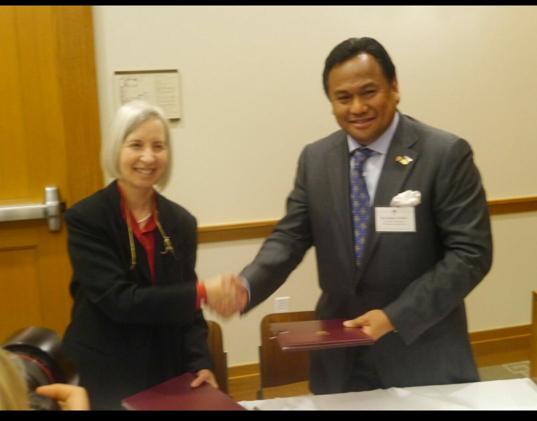 Rachmat Gobel dan Dekan FH Harvard University Martha L Minow, 22 Okt 2012 (foto Ricky Rachmadi)