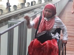 Sri Lestari menyusuri ram Museum Tsunami Di Banda Aceh