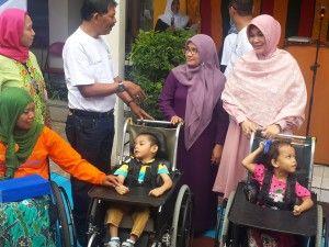 Sri dengan Walikota Illiza SD dan dua anak kecil penyandang disabilitas