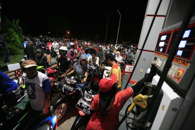 Pengendara kendaraan bermotor di Banda Aceh antre untuk mengisi bahan bakar minyak sebelum harga BBM bersubsidi naik, pada 18 November 2014. Foto oleh EPA