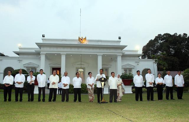 KERJA, KERJA, KERJA. Presiden Joko 'Jokowi' Widodo (tengah), didampingi Wakil Presiden Jusuf Kalla memperkenalkan jajaran kabinetnya di Istana Negara, Minggu, 26 Oktober 2014. Foto oleh Adie Weda/EPA