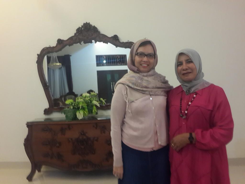 Saya bersama dengan Bidan Asma di kediamannya