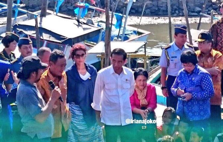 Presiden Jokowi didampingi Menteri Kelautan dan Perikanan Susi Pudjiastuti (kiri) dan Ibu Negara Iriana (kanan) hadiri acara Hari Nusantara di Siring Laut Kotabaru, Kalimantan Selatan. Foto oleh @IrianaJokowi/Twitter