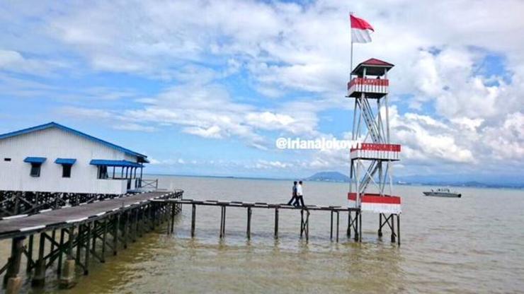 Presiden Jokowi meninjau pos perbatasan TNI AL di Pulau Sebatik. Foto oleh setkab.go.id