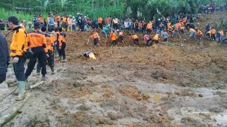 Longsor di Banjarnegara, Jawa Tengah, akibatkan setidaknya 12 orang tewas dan ratusan lainnya hilang. Foto oleh @nurmansali/Twitter