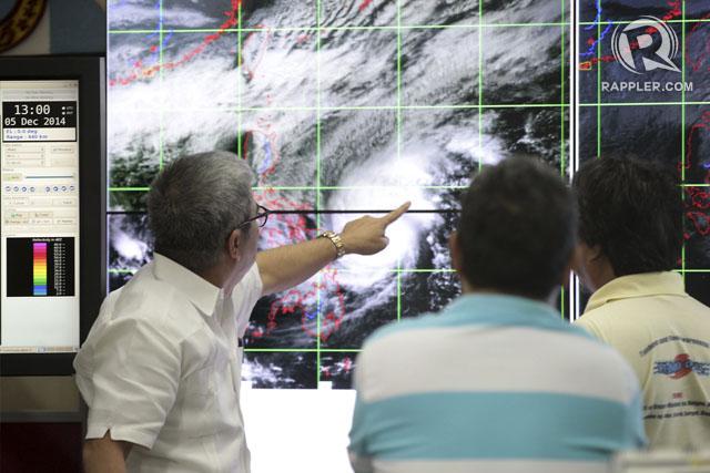 Pengamat cuaca memonitor pergerakan Topan Hagupit di Quezon City, Filipina. Foto oleh Ben Nabong/Rappler