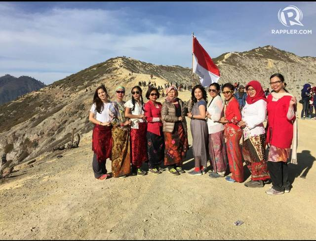 10 wanita lintas profesi ini memperingati Hari Pahlawan dengan berkebaya di Gunung Ijen dan nyanyikan 'Indonesia Raya'. Foto oleh Uni Lubis/Rappler