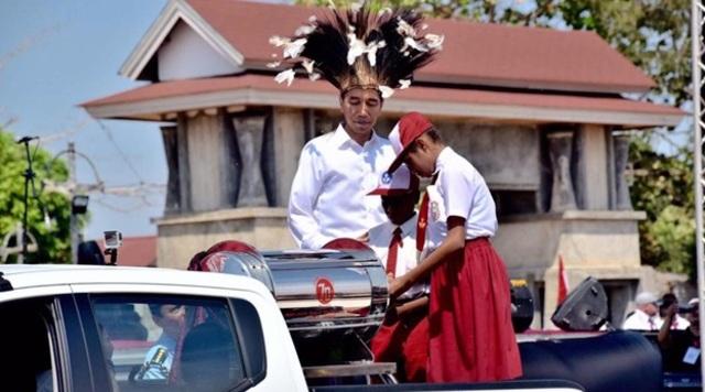 Jokowi memasukkan pesan impiannya ke dalam kapsul waktu. Foto oleh Agus Suparto/Istana Kepresidenan