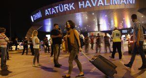 Penumpang berlarian ke luar bandara setelah terjadi 3 kali ledakan bom bunuh diri di Bandara Ataturk, Istanbul, Turki, pada 28 Juni 2016. Foto oleh Sedat Suna/EPA