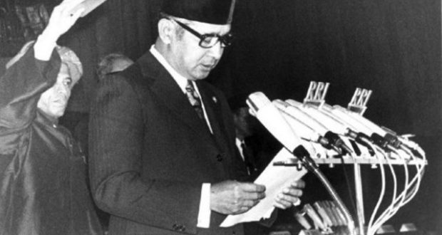 Picture dated 11 March 1968 showing Indonesian President Suharto taking the oath of office as a religious officer holds the Koran above his head at the People's Consultative Assembly in Jakarta. Suharto stepped down 21 May after a 32-year rule and handed power over to Vice-President BJ Habibie.  BLACK AND WHITE ONLY / AFP PHOTO / SETNEG / -
